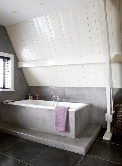 Schitterende badkamer met betonlook op zolder