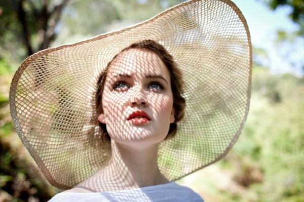 chapeau de paille , femme levres rouges