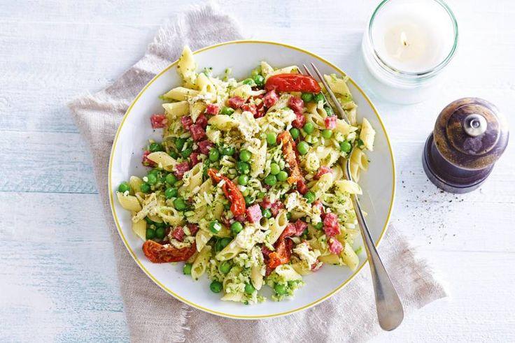 Zomerse dag? Dat vraagt om een salade in Italiaanse sferen met pasta en pesto - Recept - Allerhande