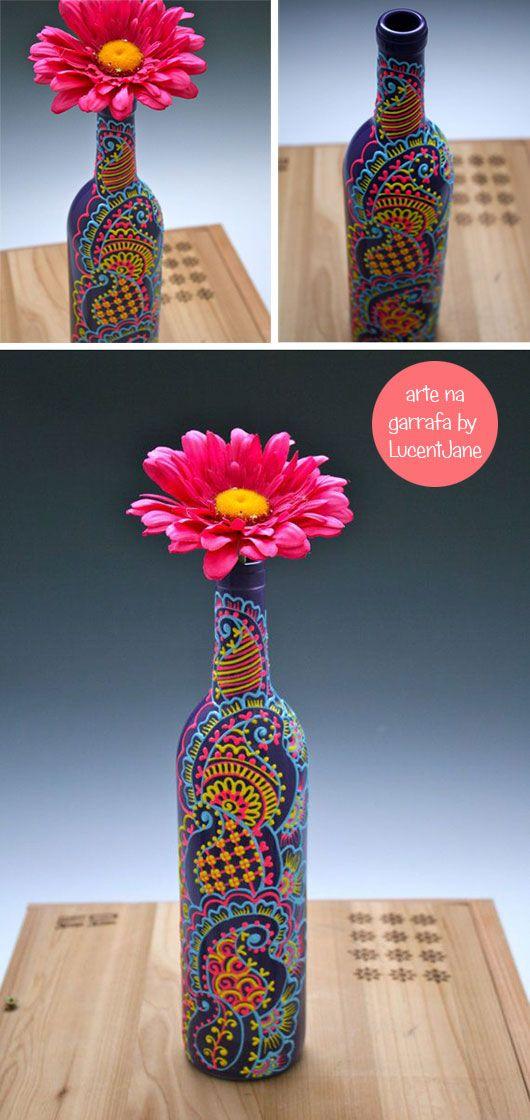 Há algumas semanas eu compartilhei lá na fan page, uma garrafa de vinho linda, decorada com florais estilo henna, da artista Lucent Jane e prometi fazer um