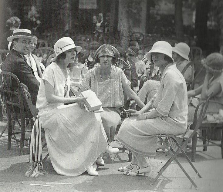 Les soeurs Dolly entourant Mme de Brissac dans une tenue décontractée à Deauville en 1922. L'ensemble de droite, galonnée aux manches, est peut être signé Chanel, qui avait ouvert une boutique à Deauville. La robe de gauche rappelle les tenues de tennis de l'époque. Les soeurs Dolly portent un chapeau cloche typique de l'époque, Mme de Brissac a un chapeau qui rappelle les turbans, plus souvent portés le soir.