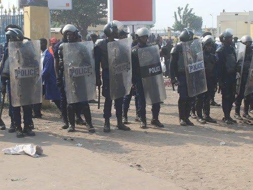 La Police nationale congolaise prévient la population de Kinshasa et de l'ensemble du pays que tout attroupement sur la chaussée, est interdit. Sinon, il sera dispersé. Un message qui sonne comme un avertissement aux organisateurs de la marche de ce lundi 10 avril. A en croire le colonel Pierrot MWANAMPUTU,…
