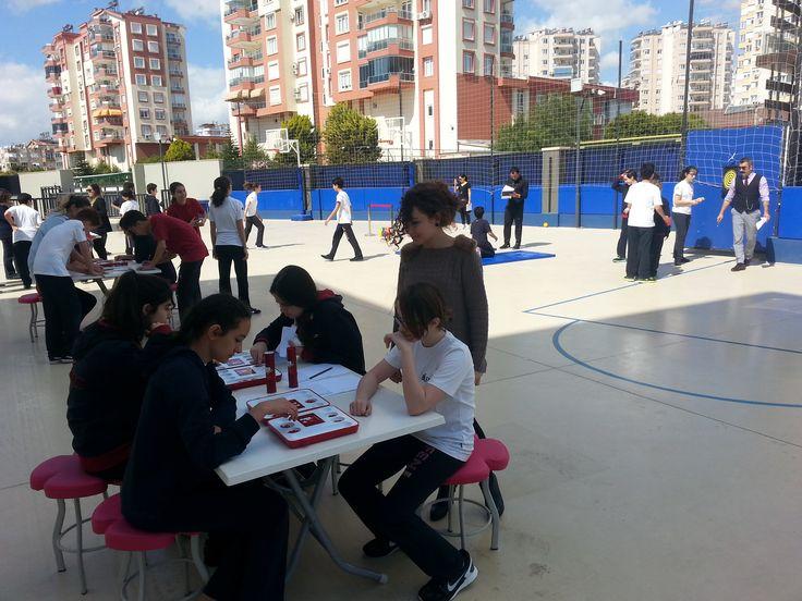 """Bilfen İlköğretim Kurumlarının tüm kampüslerinde düzenlenen  """"Sudoku"""", """"Kare Karalamaca"""" ve """"Sayı Tahmin Etme"""" turnuvaları renkli görüntülere sahne oldu. Bu etkinlikler sayesinde öğrenciler, matematiksel oyunları öğrendikleri gibi kendi stratejik düşünme becerilerini de geliştirmiş oldular.  Yapılan turnuvalar boyunca öğrencilerin sosyal gelişimleri desteklendiği gibi öğrencilerin birbirlerini daha iyi tanımaları ve okul arkadaşları ile olumlu iletişim kurmaları da sağlandı."""