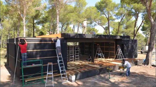 """Τέσσερις μέρες και ένα κατσαβίδι μπαταρίας είναι τα μόνα που χρειάζονται για την κατασκευή ενός λυόμενου σπιτιού """"Pop-Up"""". Το σπίτι, που αποτελείται από μονωτικά μπλοκ και ξύλινα πάνελ, σχεδιάστηκε από το αρχιτεκτονικό στούντιο Multipod στη Γαλλία, και υπόσχεται εξαιρετική θερμομόνωση […]"""