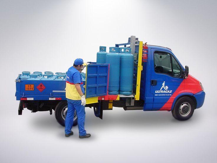 MKS 200 PEG > Ventajas: Reducción del número de horas paradas por parte del trabajador debido a accidentes durante la carga y descarga de los cilindros; Disminución de problemas musculares y de espalda del trabajador; Disminución de los casos de LER (lesión por esfuerzo repetitivo); Rapidez en la carga y descarga; Seguridad en la carga y descarga; Reducción de accidentes; Optimización del servicio (de 1 persona); Preservación de los collares y faldones de los cilindros;