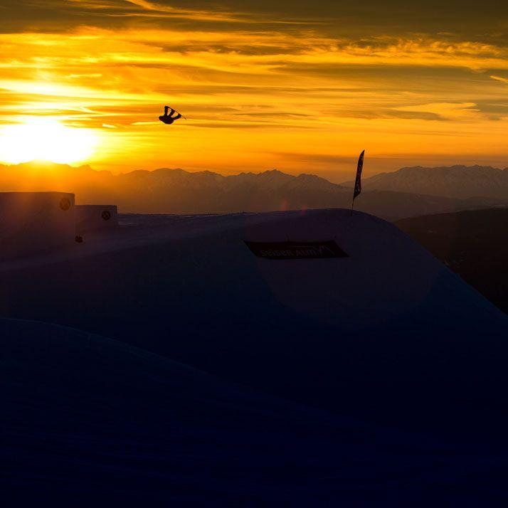 Sunset magic on the mountain ✨🌅✨ withMarc Grossgasteiger #levelgloves #snowboardgloves #wintergloves 📷 patrick steiner fotografie