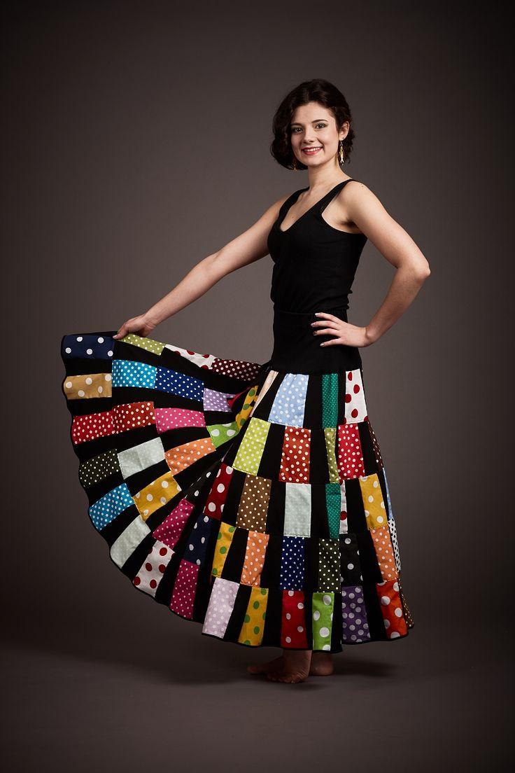 Patchworková+sukně+Agáta+Žofie+Patchworková+puntíkovaná+sukně+v+černo+barevné+kombinaci.+Spodní+šířka+sukně+je+4,7+metru.+Délka+gumy+v+pase+je+2x38+cm+v+klidovém+stavu,+roztažitelná+do+2x45+cm,+délku+gumy+lze+upravit.+Šířka+v+bocích+je+2x50+cm.+Délka+sukně+je+93+cm.+Sukně+má+vyšší+pružný+horní+pás+z+černé+úpletové+látky,+proto+sedí+téměř+každé...