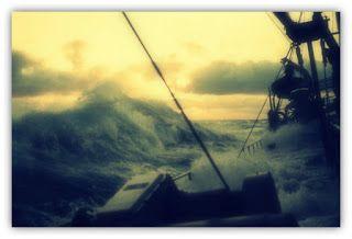 ORACION DEL INTRANQUILO - Parte 1. Imagen  real de un agitado mar cargando sus olas sobre un barco; de Buonasera.