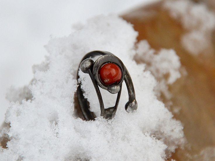"""Prsten """"Runa""""  Autorský prsten vytvořený technikou cínování z bezolovnatého cínu. Prsten doplňuje kulička červeného jaspisu o velikosti 6 mm a má otevřenou konstrukci, dá se mírně upravit na větší či menší velikost.  Obvod 60 - 62 mm Patinován, leštěn a ošetřen antioxidantem."""