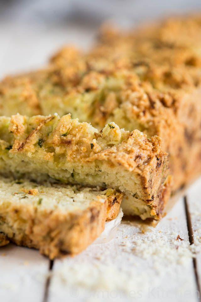 Dit lekkere rozemarijn courgette brood past prima in een gezond en bewust dieet want er zitten geen granen in en vol met groentes!