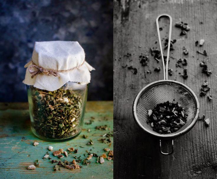 [ Te med Nässla, Citronmeliss & Apelsinskal ] Blanda hälften torkade nässlor, hälften torkad Citronmeliss. Blanda sedan ned en liten näve Apelsinskal eller efter tycke & smak. Häll över i en glasburk. { Användning } När du ska brygga ditt te, ta en liten sil eller tekula, fyll med teblandningen. Häll på hett vatten, låt dra några minuter. Söta eventuellt med lite honung, maskrossirap eller agavesirap.