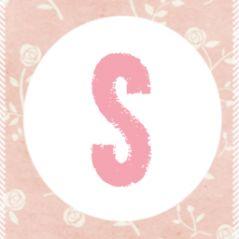 5-Luik geboortekaartje in harmonicavrouw voor een meisje. Een hippe en lieve meisjeskaart met roze patronen zoals bloemetjes en een ronde label. Op iedere zijde van het kaartje staat een letter van de naam. Het kaartje kan je zelf geheel naar wens aanpassen.