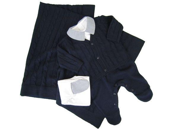 Conjunto de maternidade para menino:  1 Manta em tricô ponto trança.  1 Salopete em tricô.  1 casaquinho em tricô ponto trança.  1 body manga longa em malha com gola estampada. Fechamento localizado nas costas por velcro e entre as pernas por botões de pressão. (100% algodão)  1 Calça em malha com pé estampado. (100% algodão)    TAMANHO RN ou P R$ 229,99