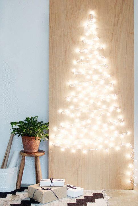 DIY árbol de Navidad con luces en la pared.