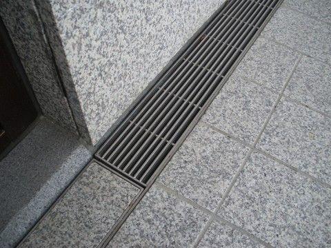 源井有限公司 日本第一機材株式會社總代理 國產高級景觀機材 本工程施作項目 門廳截水溝不鏽鋼側溝造型化妝蓋 、門廳外