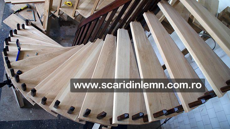 atelier executie scari interioare din lemn pe vanguri, cu trepte de lemn suspendate pe corzi pret