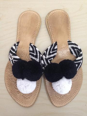 blanco Pompom Flip-Flops