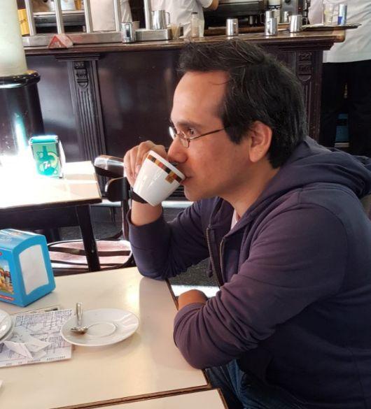 Erasmo Cachay en un cafe en Barcelona
