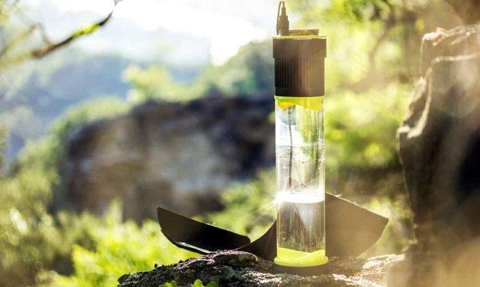 Esta novedosa botella condensa la humedad del aire y la transforma en agua potable por medio de una turbina que funciona con luz solar.