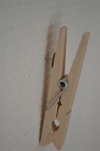 Wasknijper-hangers: een punaise aan een wasknijper lijmen, zodat deze aan een…