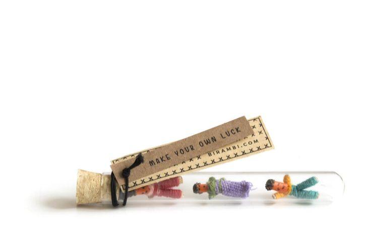 Drie kleine lucky dolls in een glazen buisje, wat een feest en geluk als je dit op je deurmat vindt! Het kleine cadeautje kan een grote boodschap zijn voor je vriend, vriendin, moeder of zomaar iemand die wel wat extra geluk kan gebruiken. www.Millows.nl
