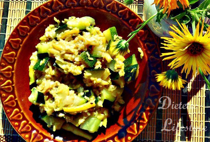 Przepis na zdrowszą wersję risotto z brązowym ryżem, cukinią i fasolką szparagową dla osób na diecie odchudzającej, cukrzyków i wegetarian.