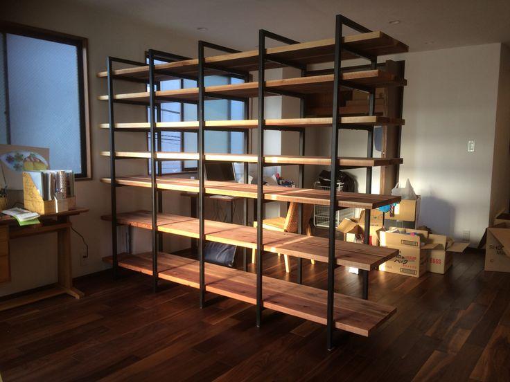 """""""本棚 """" 鋼材と杉の足場板を使った本棚 空間を仕切るパーテーションにもなっております。"""