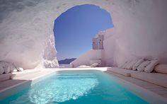Oía Katikies Hotel, Grecia. Uno de los magníficos hoteles Kaitikies del archipiélago griego cuenta con esta espectacular cueva blanca en la que nace una piscina de aguas turquesas y cristalinas. En el abrupto acantilado sobre el mar Egeo, las grutas protegen del sol y las altas temperaturas. La vista imponente de la puesta de sol en Santorini desde las profundidades de esta cueva nívea pueden suponer la mejor inmersión acuática de nuestra vida.