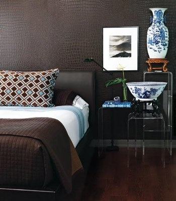 Een bruine muur in de slaapkamer, mooi met blauw en wit!