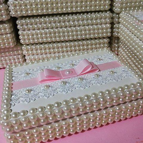 Como não amar um presente assim! Porta joia em perolas com guipir e laço chanel com gorgurim!!!