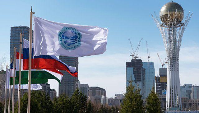 Флаг Шанхайской организации сотрудничества и флаги стран участниц ШОС. Архивное фото