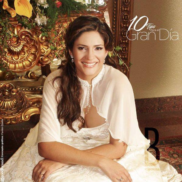 Tip 7/10: El Peinado. • La tendencia 2017 es llevar las melenas sueltas con ondas muy ligeras para un look romántico, también los recogidos griegos con trenzas, adornados con tiaras para las novias más atrevidas y los moños texturizados y con volumen en la raíz, para las más clásicas. #BlancoByMarleneCorrea #BridalHairstyles #BeautyBride #Bridal #Bride #WeddingPlanner  Novia: @crisel100 Fotógrafo: @marcofot  Estilista y maquillador: @alexanderhairsalon