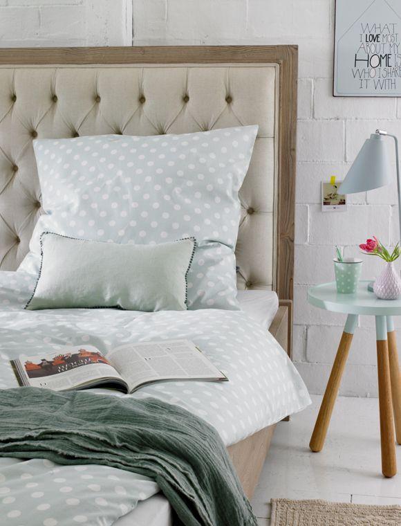 Großes Bett mit einem gepolsterten Betthaupt.