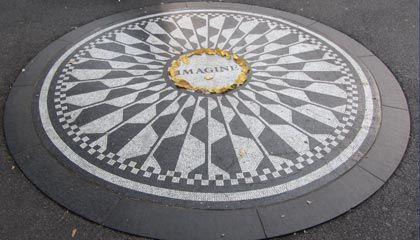 ビートルズのジョン・レノンの死後いつもロウソクや花束、ポエムが飾られている。セントラルパークの魅力