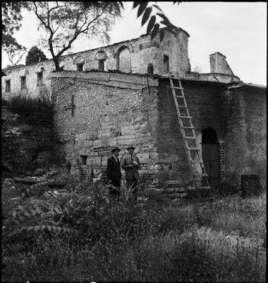 Άγιος Ιωάννης Στούδιος (İmrahor Camii). Το παρεκκλήσι και οι τοίχοι της εκκλησίας σε δεύτερο πλάνο, Ιούλιος 1944. Το εκκλησάκι που ήταν χτισμένο πάνω σε μια γωνία της δεξαμενής δεν υπάρχει πια. Ο Artamonoff επισκέφθηκε την περιοχή με δύο άνδρες: δεξιά είναι ο Sven Larsen, καθηγητής Μαθηματικών και Γερμανικών στο RC. ©Nicholas V. Artamonoff Collection, Image Collections and Fieldwork Archives, Dumbarton Oaks. https://icfadumbartonoaks.wordpress.com/