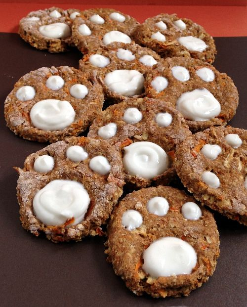Healthy diy Dog Cookies with carrots, apples and yogurt. For Cassie, but without the yogurt I think. Heck, these look fairly good for the Kidlet too.