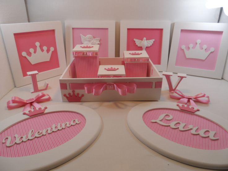 Kit para quarto de bebê, em mdf pintado com pva tema princesa. <br>2 Quadros ovais com nome <br>2 letras para ficar em pé com 7 cm de alt. <br>Bandeja passa fita com 3 potes bebê <br>4 Quadros 20 x 20 com moldura