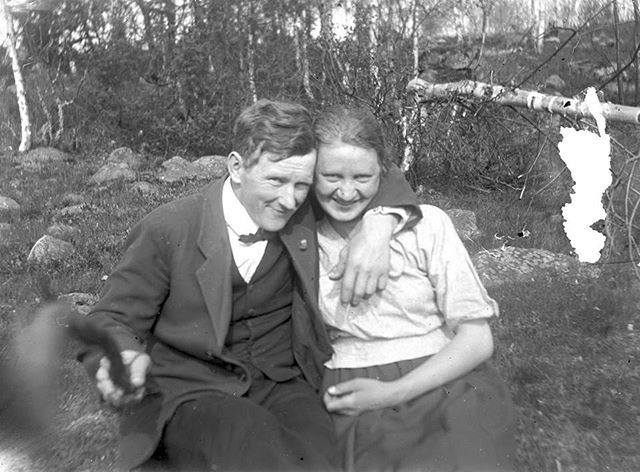 A literal selfie stick. Photograph of Helmer Larsson and his wife, Naemi Larsson in Sweden, 1934.  #selfie #blackandwhitephotography #photography #selfiestick