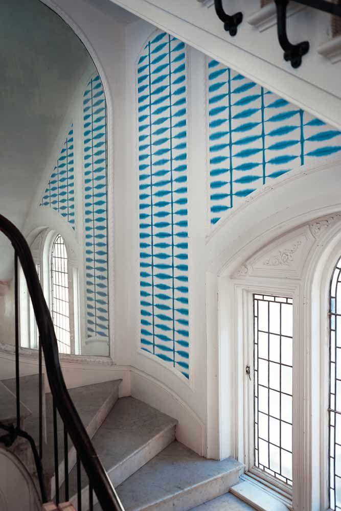 Inspirerande trappa med tapet från kollektionen Wabi Sabi 110438. Klicka för att se fler fina tapeter för ditt hem!