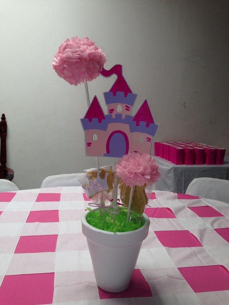Centro de mesa con pompones de papel china, castillo de madera pintada, galletas decoradas con icing, para fiesta de princesas!