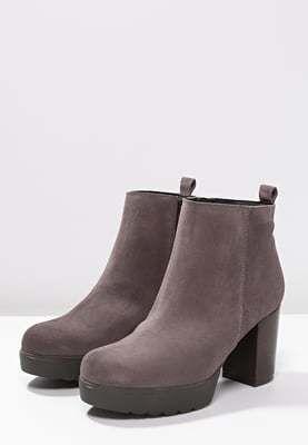 Zijn deze grijze enkel laarsjes wat jij zoekt? Koop ze dan snel met 30% korting op aldoor! #damesmode #winterschoenen #enkellaarsjes #uitverkoop #sale #korting