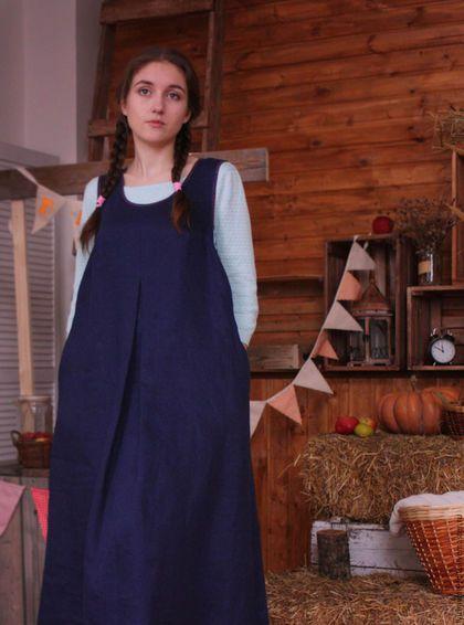 Купить или заказать Cарафан из плотного льна Арт.102 темно-синий в интернет-магазине на Ярмарке Мастеров. Сарафан из плотного темно-синего льна, расширенный книзу, с низкой проймой. Спереди по центру встречная складка. В боковых швах - внутренние карманы. Ткань итальянского производства, теплая, имеет переплетение, похожее на джинсовое, сарафан можно носить зимой. Проймы и горловина отделаны бейкой из темно-синей ткани в мелкий цветочек. На фото размер 48-50. Длина - 78 см от воображаемой…
