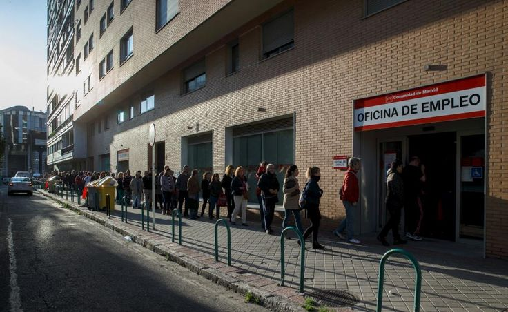 People stand in a line to enter a government employment office in Madrid, Spain, April 6, 2015. The number of Spaniards registered as jobless fell by 1.3 percent in March from a month earlier, or by 60,214 people, leaving 4.45 million people out of work, data from the Labour Ministry showed on Monday. REUTERS/Andrea Comas