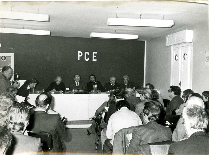 Santiago Carrillo en la mesa presidencial del Comité Central del Partido Comunista de España celebrado en Madrid del 21 al 22 de enero de 1978, junto a Dolores Ibárruri (1895-1989) y Antoni Gutiérrez Díaz (1929-2006). Foto Cifra Gráfica.