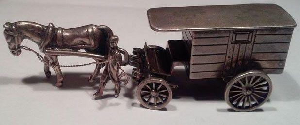 Zilveren miniatuur huifkar met paard en berijder, Nederland, 2e helft 20e eeuw