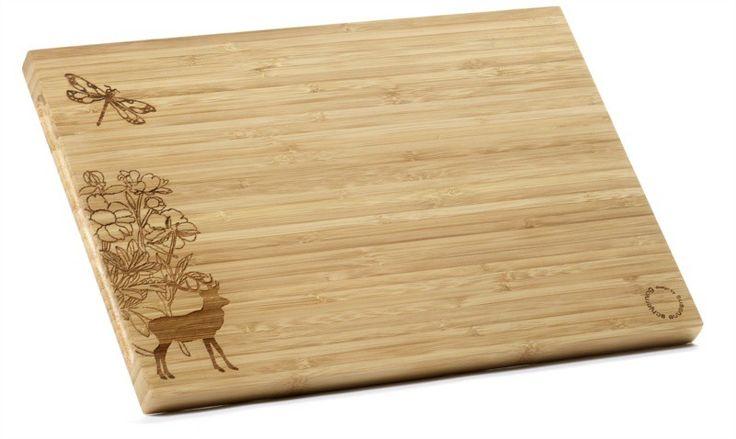 Hert - Wist je al dat bamboe een aantal praktische gebruikskenmerken heeft? Het beschadigt het mes niet, het neemt nauwelijks vocht op en het breekt bovendien zeer snel bacteriën af. Ideaal materiaal voor in de keuken en op tafel!  Deze plank van de Deense ontwerpster Susanne Schjerning heeft de ene kant een motief van een hert, bloemen en een libelle, mooi als je de plank gebruikt om kaasjes op te presenteren. Aan de andere kant is de plank zonder decoratie, maar met een praktisch gootje…