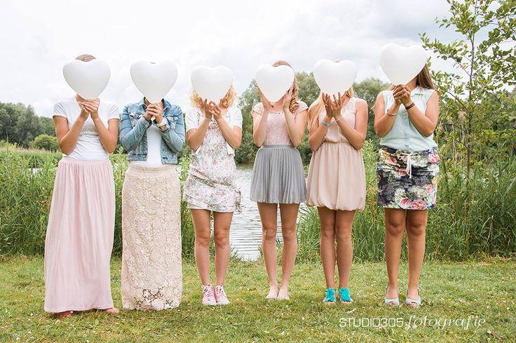 Fotoshooting einer Reihe von Freundinnen während der Geburtstagsfeier