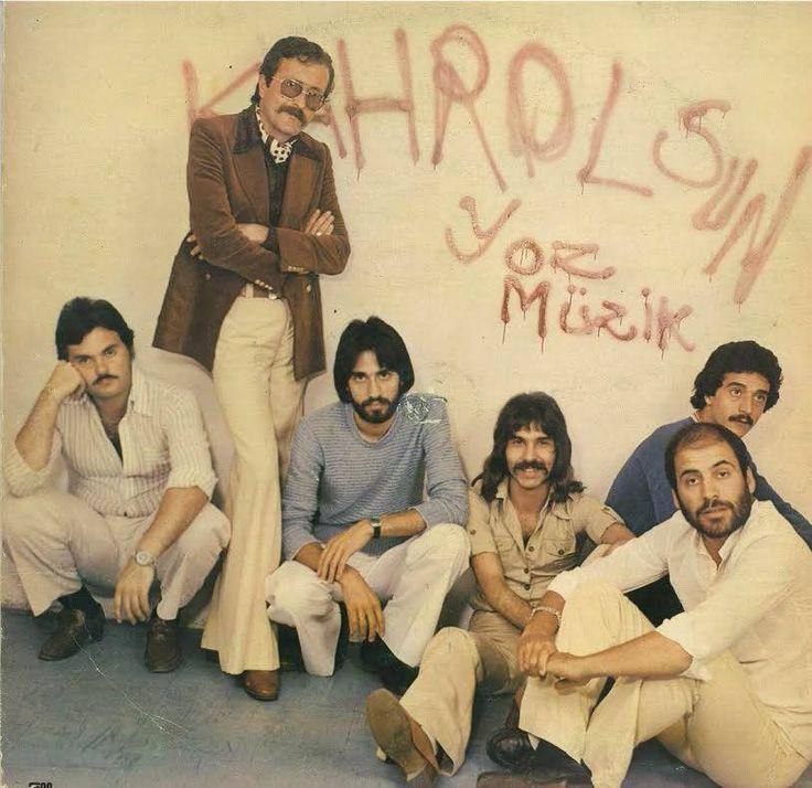 Ölüm yıldönümünde Cem Karaca'yı saygı ile anıyor, aramızdan ayrılışının acısını hâlâ derinden hissediyoruz. Bu vesile ile yakında yayınlayacağımız Cem Karaca'yı anma etkinliğimizin panel metninden, Cem Karaca ile aynı sahneyi paylaşmış müzisyen arkadaşlarının ağzından birkaç ayrıntıyı sizlere hatırlatmak istedik.