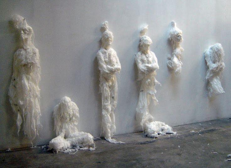 """El paquistaní Khalil Chishtee emplea bolsas de basura y de supermercado para crear sus fascinantes esculturas. Según nos dice, """"Las obras de arte no siempre retratan la belleza"""""""