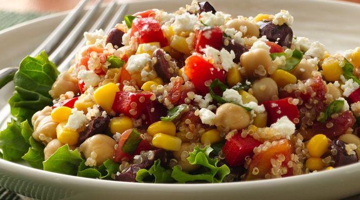 Una ensalada sana con quinoa https://recetasconthermo.com/2017/06/20/plato-vegetariano-con-quinoa-y-verduras/